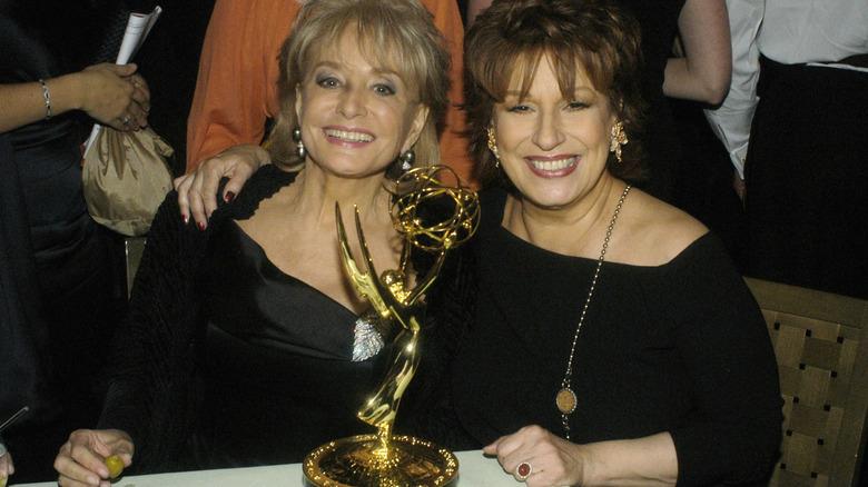 Barbara Walters y Joy Behar sonríen en los Emmy