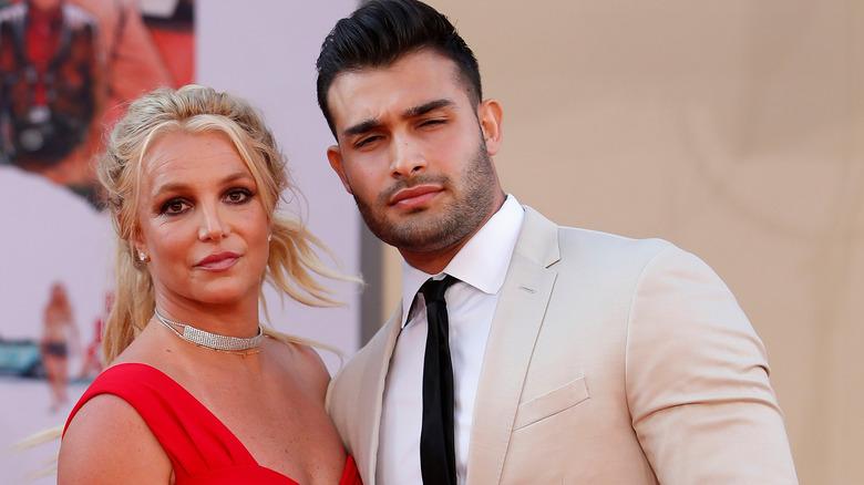 Britney Spears y Sam Asghari entrecerrando los ojos
