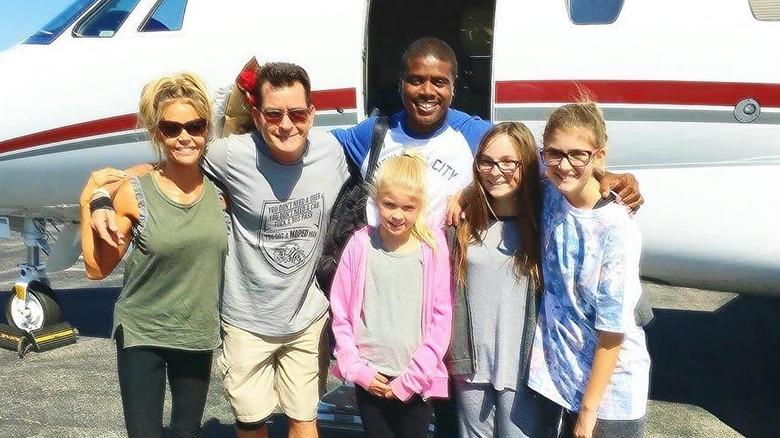Denise Richards y Charlie Sheen con sus hijos