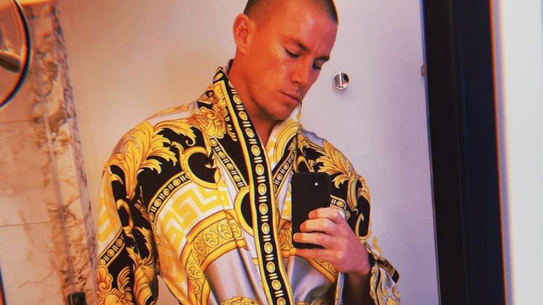 Channing Tatum con la bata de Versace