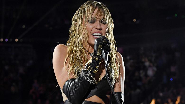 Miley Cyrus actúa en el escenario