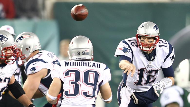 Tom Brady jugando al fútbol
