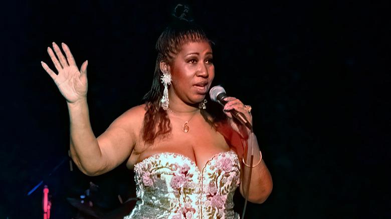 Aretha Franklin actuando en el escenario