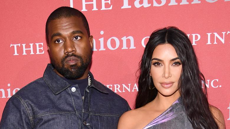 Kanye West y Kim Kardashian posando juntos