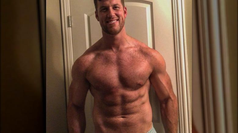 Clayton Echard sin camisa