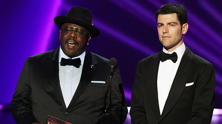 Cedric the Entertainer y Max Greenfield hablando en el escenario durante la 71a edición de los premios Emmy
