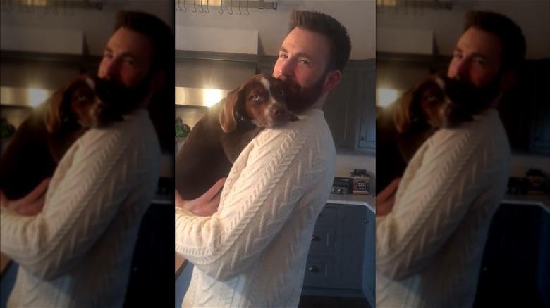 Chris Evans sosteniendo el cachorro de Aly Raisman