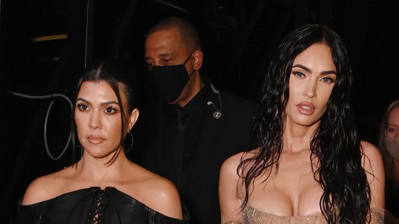 Kourtney Kardashian y Megan Fox en una entrega de premios