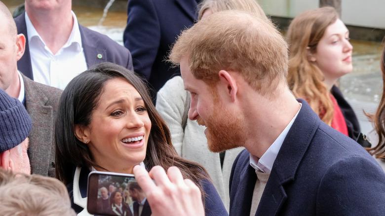El cabello ralo del príncipe Harry visto mientras habla con Meghan