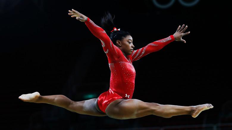 Simone Biles saltando por el aire