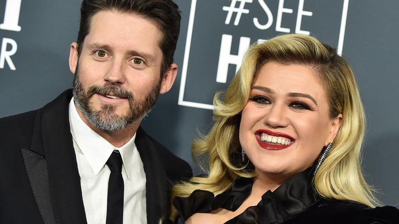 Kelly Clarkson y Brandon Blackstock en la alfombra roja