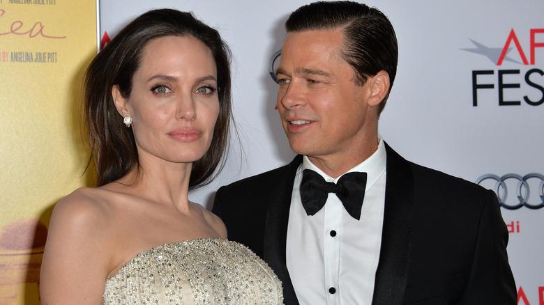 Brad Pitt mirando a Angelina Jolie
