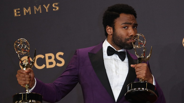 Donald Glover besa los premios Emmy