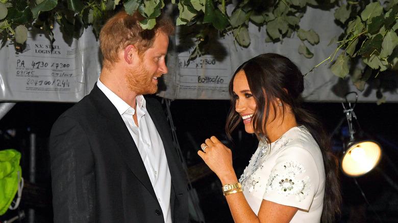 El príncipe Harry y Meghan Markle riendo