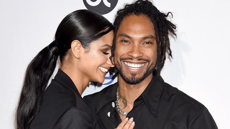 Miguel y Nazanin Mandi sonriendo en la alfombra roja