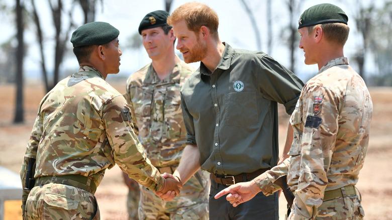El príncipe Harry estrechando la mano del oficial militar