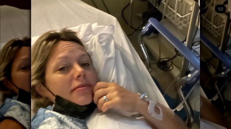 Dylan dreyer posa para una selfie en el hospital