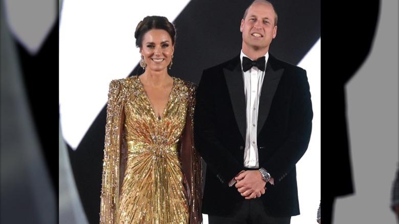 Kate Middleton y el príncipe William sonríen en la alfombra roja