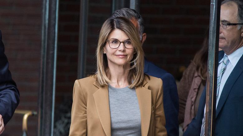 Loughlin sale de la corte en 2019
