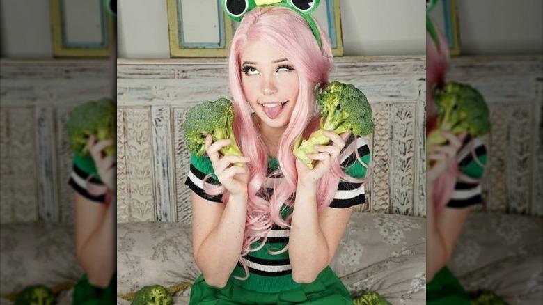 Belle Delphine sosteniendo brócoli