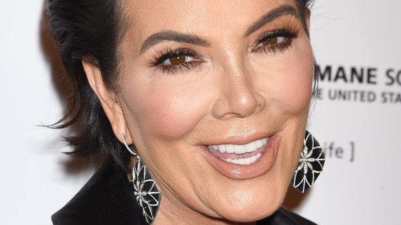 Kris Jenner sonriendo para las cámaras