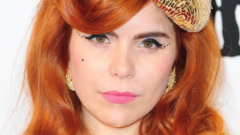 Paloma Faith luciendo el pelo rojo