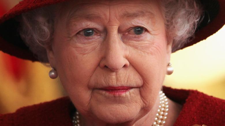 La reina Isabel con cara de tristeza