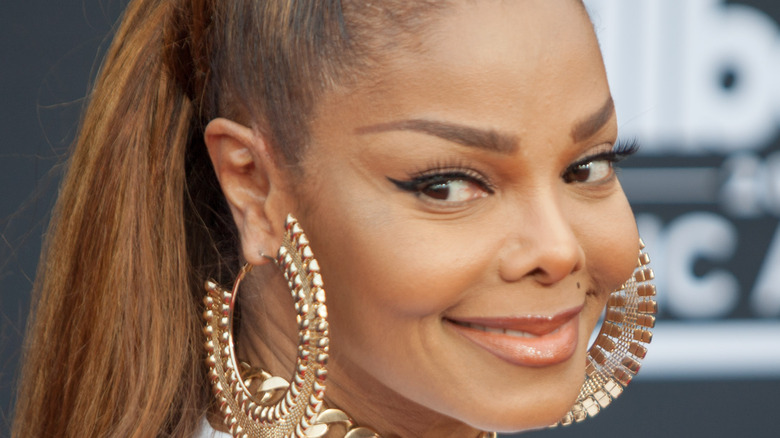Janet Jackson sonriendo