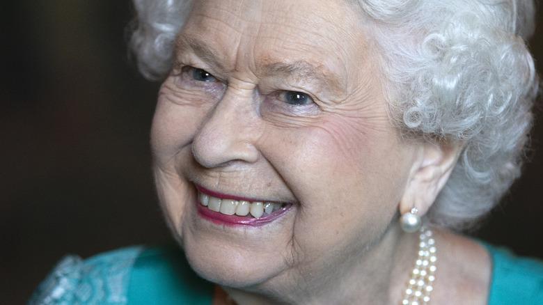 La reina isabel sonriendo