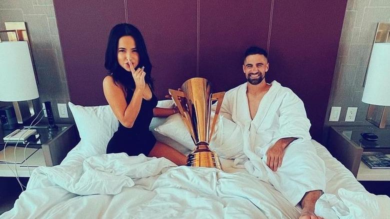 Becky G y Sebastian Lletget en la cama