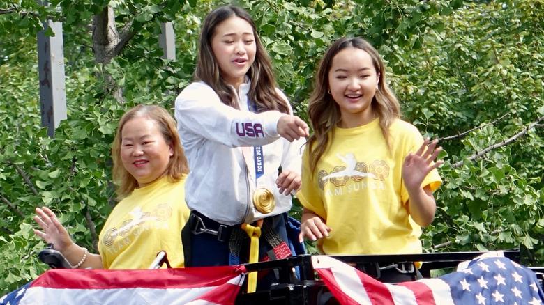 Suni Lee con su hermana y su mamá