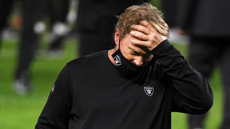 sobre Gruden de los Raiders de Las Vegas saliendo del campo después de la derrota de su equipo
