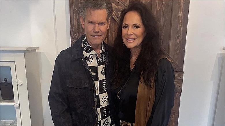 Randy Travis sosteniendo a su esposa Mary Davis