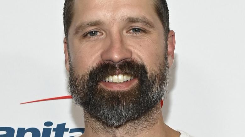 Walker Hayes sonriendo con barba