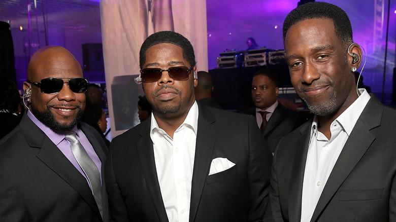 Boyz II Hombres vestidos de negro