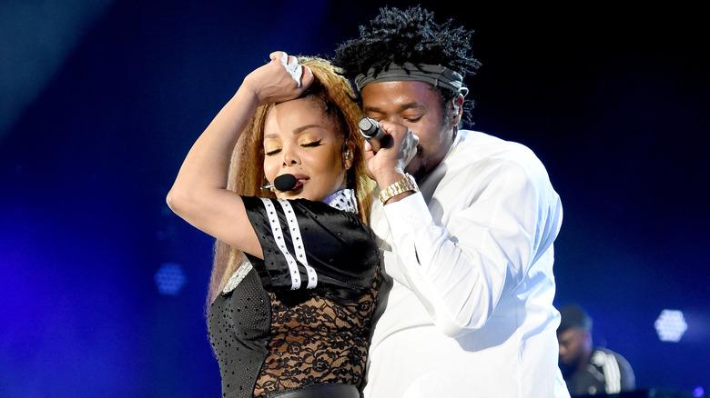 Janet Jackson y Q-Tip actuando en el escenario