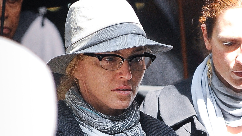 Madonna luciendo seria sin maquillaje