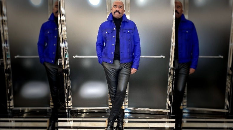 Steve Harvey vistiendo una chaqueta azul y pantalones negros.