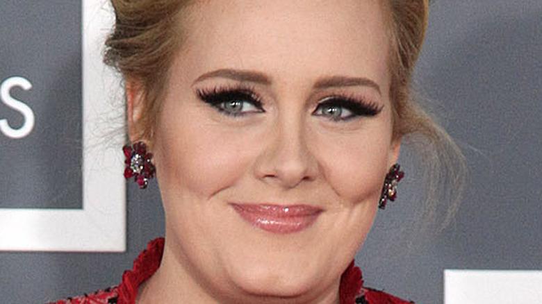 Delineador de ojos alado sonriente Adele