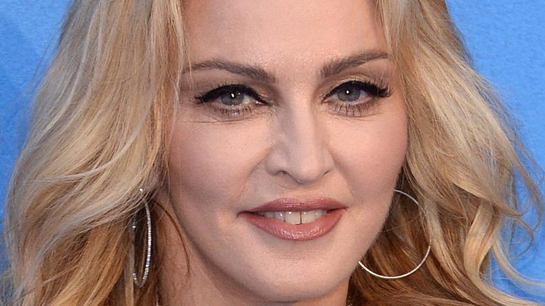Madonna sonriendo ampliamente