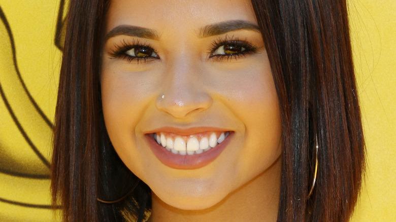 Becky G sonriendo