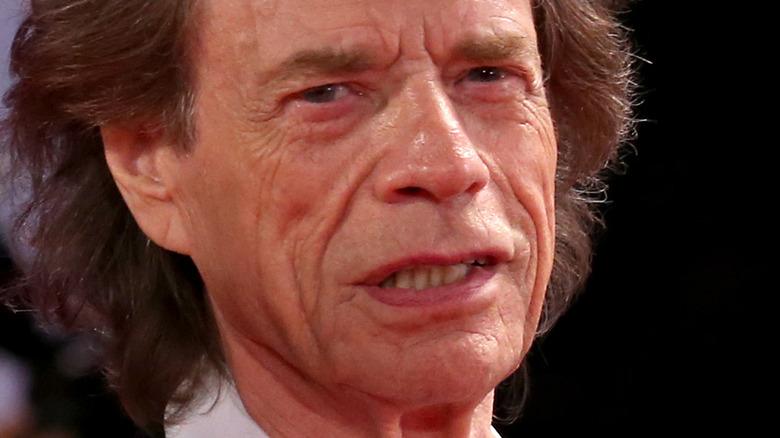 Mick Jagger con expresión seria