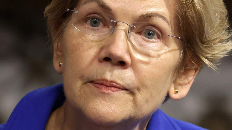 Elizabeth Warren frunciendo el ceño