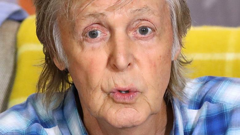 Paul McCartney hablando con expresión seria
