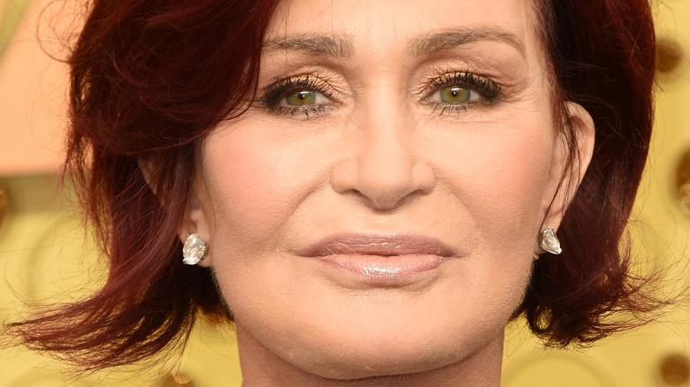 Sharon Osbourne sonríe en la alfombra roja